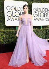 Hailee Steinfeld looks like a disney princess in this Vera Wang dress however I feel the sheer sleeves do not add anything to this look.