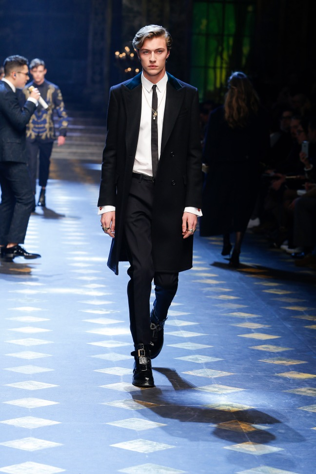 And last but never least, Lucky Blue Smith. The young veteran of the modelling industry completely dominated the runway in this monochrome suit that accentuated his signature hair.